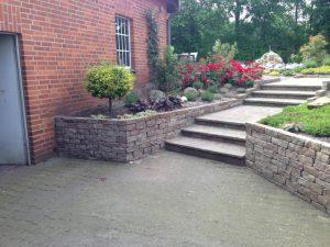 Steintreppe und Mauer