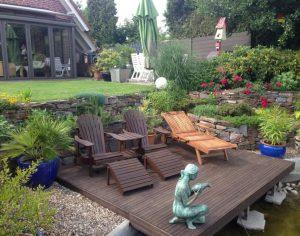 Holzterasse Teich Liegestühle Korte Garten- und Landschaftsbau