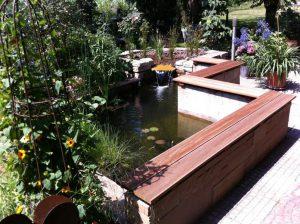 Teich mit Sitzbänken aus Holz Korte Garten- und Landschaftsbau