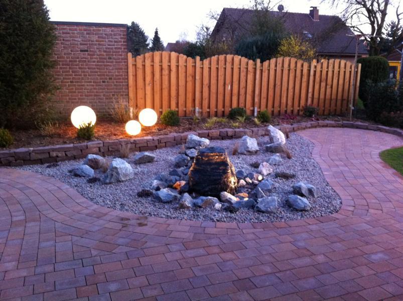 beleuchtetes Wasserspiel Steine Korte Garten- und Landschaftsbau