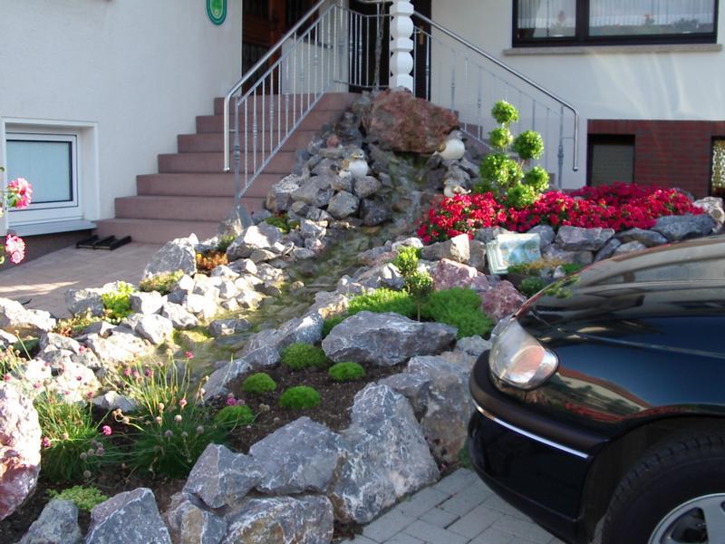 Wasserlauf mit Steinen vor Haustür Korte Garten- und Landschaftsbau