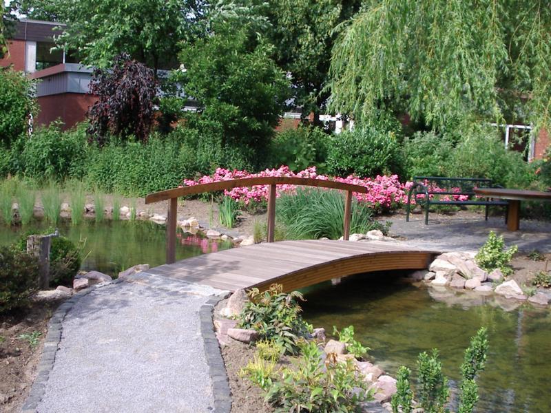 Holzbrücke über Teich Korte Garten- und Landschaftsbau