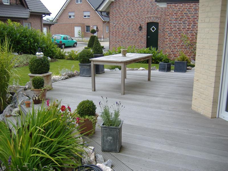 Holzterasse mit Tisch Korte Garten- und Landschaftsbau