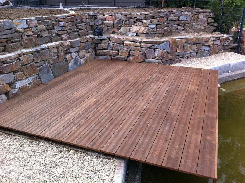 Holzplattform am Teich Korte Garten- und Landschaftsbau