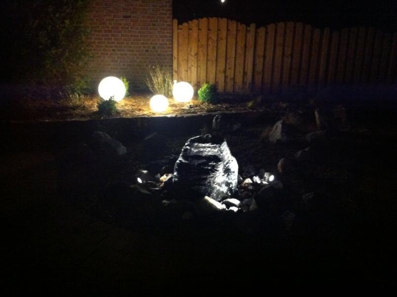 Steinbeet mit Wasserspiel und Licht Korte Garten- und Landschaftsbau