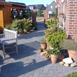 gepflasterter Weg an Haus Korte Garten- und Landschaftsbau