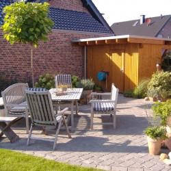 gepflasterte Terasse mit Gartenmöbeln